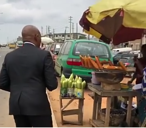 Read more about the article SEE WHAT HAPPENED AFTER BILLIONAIRE~ TONY ELUMELU BOUGHT ROASTED CORN FROM THIS WOMAN!